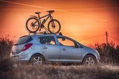 Auto transportiert Fahrrad auf dem Dach Lizenzfreies Stockbild