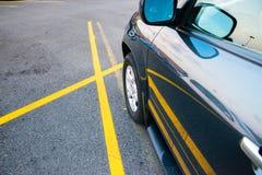 Auto tussen enige gele lijnen wordt geparkeerd die Royalty-vrije Stock Foto