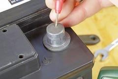 Auto twaalf voltbatterij het testen Stock Foto's
