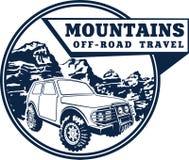 Auto und Berge des Vektoremblemallradfahrzeugs nicht für den Straßenverkehr Stockbilder