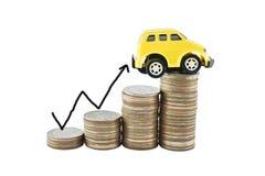 Auto und Diagramm auf Geld für Geschäftskonzept mit Beschneidungspfaden Stockbild