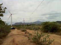 Auto und eine Windmühle Stockbild