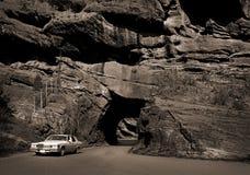 Auto und Felsen-Tunnel lizenzfreie stockfotos