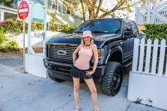Auto 4X4 und glückliches Mädchen Lizenzfreies Stockfoto