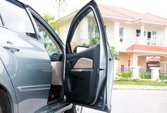 Auto und großes Haus Lizenzfreies Stockfoto