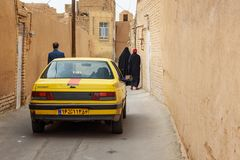 Auto und iranische Leute auf der schmalen Straße der alten Stadt in Yazd iran Stockbild