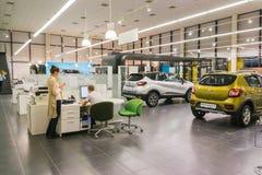 Auto und Manager im Ausstellungsraum der Verkaufsstelle Renault in Kasan-Stadt Stockbild