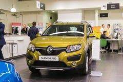 Auto und Manager im Ausstellungsraum der Verkaufsstelle Renault in Kasan-Stadt Stockfoto