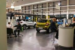 Auto und Manager im Ausstellungsraum der Verkaufsstelle Renault in Kasan-Stadt Stockbilder