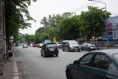 Auto und Verkehr auf Chiangmai-Stadtstraße Stockbilder