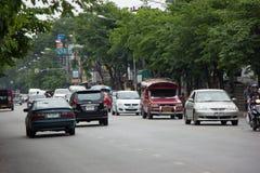Auto und Verkehr auf Chiangmai-Stadtstraße Lizenzfreies Stockfoto