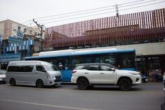 Auto und Verkehr auf Chiangmai-Stadtstraße Lizenzfreie Stockfotos