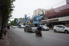 Auto und Verkehr auf Chiangmai-Stadtstraße Stockfoto