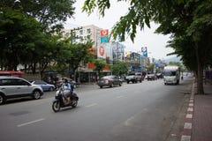 Auto und Verkehr auf Chiangmai-Stadtstraße Lizenzfreie Stockbilder
