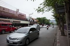 Auto und Verkehr auf Chiangmai-Stadtstraße Lizenzfreies Stockbild