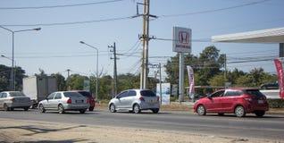 Auto und Verkehr auf Landstraßenstraße nahe Juction Lizenzfreie Stockfotografie
