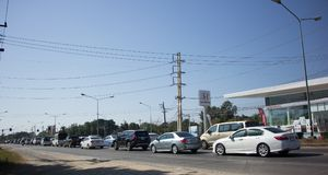 Auto und Verkehr auf Landstraßenstraße nahe Juction Lizenzfreie Stockbilder
