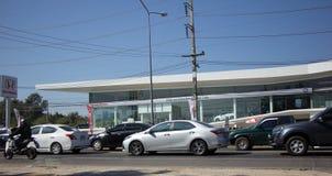 Auto und Verkehr auf Landstraßenstraße nahe Juction Stockfotos