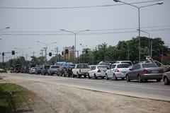 Auto und Verkehr auf Landstraßenstraße nahe Juction Stockfotografie
