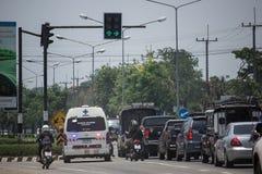 Auto und Verkehr auf Landstraßenstraße nahe Juction Lizenzfreie Stockfotos
