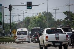 Auto und Verkehr auf Landstraßenstraße nahe Juction Stockbilder