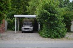 Auto unter Bäumen Lizenzfreies Stockfoto