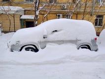 Auto unter dem Schnee Stockfotografie