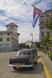 Auto unter der kubanischen Flagge Stockfotos