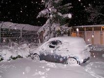 Auto unter einem Schnee im Parkplatz Eisenbahnlinien und vages Schattenbild der Serie Lizenzfreie Stockfotos