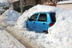 Auto unter Schnee Stockbilder