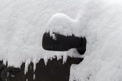 Auto unter Schnee stockbild