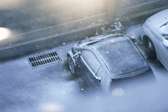 Auto unter Schnee Lizenzfreie Stockfotos