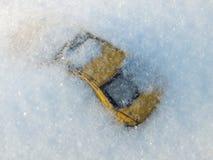 Auto unter Schnee Stockfotos