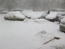 Auto unter Schnee, Naturkatastrophen Winter, Blizzard, starke Schneefälle gelähmt die Stadt, Einsturz Schnee bedeckte den Wirbels Stockfotografie