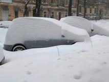 Auto unter Schnee, Naturkatastrophen Winter, Blizzard, starke Schneefälle gelähmt die Stadt, Einsturz Schnee bedeckte den Wirbels Stockfotos