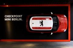 Auto-Vagabund Mini auf der Wand beim Friedrichstrasse Lizenzfreies Stockfoto