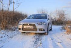 Auto van de dalings de in slaap natte sneeuw Sneeuwval van natte sneeuw Sneeuw die op de auto liggen Stock Afbeelding