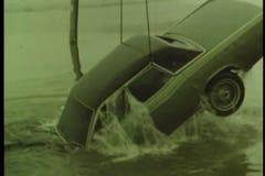 Auto van rivier op sneeuwdag wordt teruggetrokken die stock video