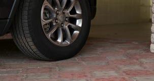 Auto verlässt die Garage stock video footage