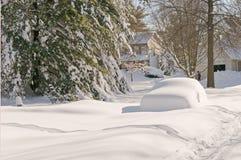 Auto verlassen nach Schneesturm lizenzfreie stockbilder