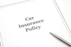 Auto-Versicherungspolice mit einer Feder lizenzfreies stockbild