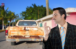 Auto verwendete den Verkäufer, der altes Auto verkauft, wie nagelneu Stockbild