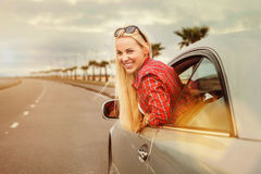 Auto viajante da jovem mulher na estrada Imagens de Stock Royalty Free