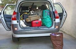 Auto voll des Gepäcks vor Abfahrt Stockfotos