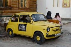 Auto vom Museum ` das Haus von den Puppen verlassen und von vergessenem Spielwaren ` bei Izmailovo der Kreml Lizenzfreies Stockfoto