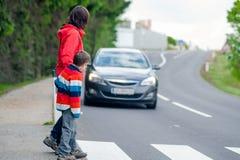 Auto voor voetganger wordt tegengehouden die Stock Afbeelding