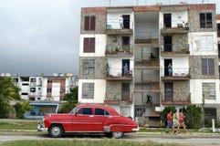 Auto vor alten Wohngebäuden, Kuba stockfotos