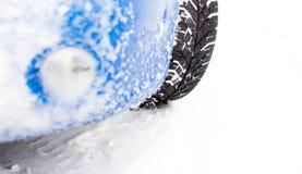 Auto während eines Schneesturms Lizenzfreies Stockfoto