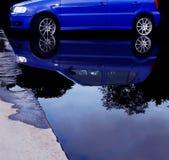 Auto in water Royalty-vrije Stock Foto's