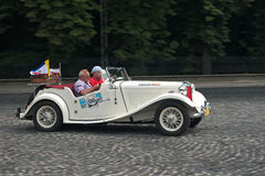 Auto Weinlese MGs TD an der Retro- Autorennstrecke Stockfotografie